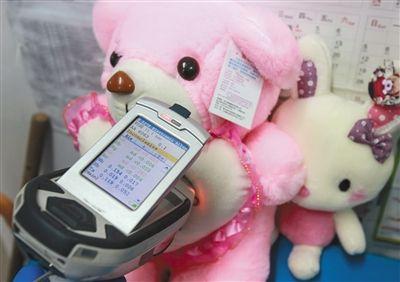 近日,北京服装学院合作实验室,一只粉色抱抱熊毛绒玩具被测出含有汞、铬、溴、铌、锑等重金属,但并未超标。本版图片/实习生 彭子洋 摄
