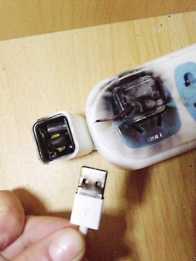 图片中可以看出充电器转换头已经烧焦发黑,其中一块儿还粘在了插线板