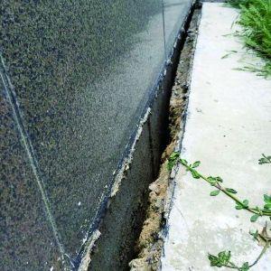 地基外表土层和楼体之间呈现裂痕。