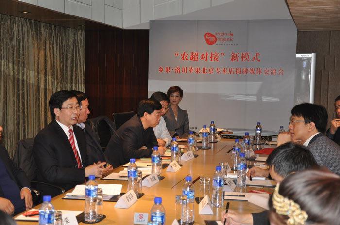 高武斌书记与新华社、人民日报等媒体记者交流