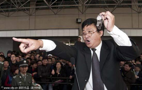 杭州城管低价拍卖没收物品引发争议(组图)