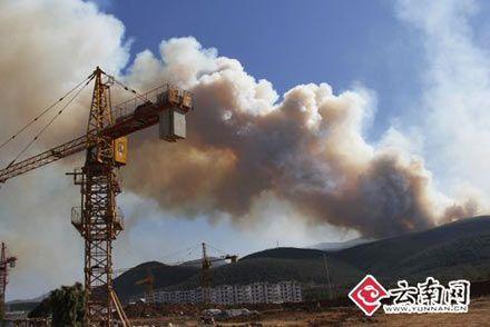 云南玉龙县森林火灾未危及丽江古城(组图)