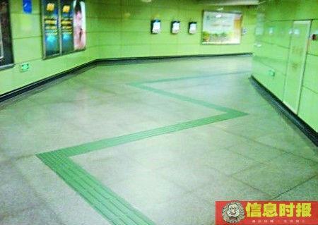 """广州地铁站内盲道走""""之""""字 网友调侃称学跳舞"""