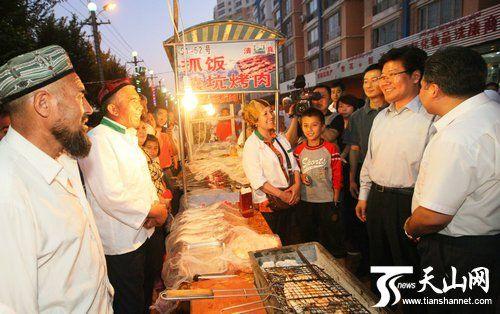 张春贤赴乌鲁木齐夜市考察 请市民吃羊肉串(图)