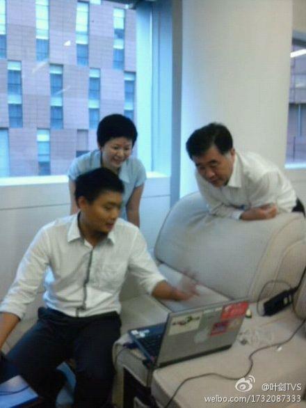 广东省委书记靠沙发看记者操作电脑照片引关注