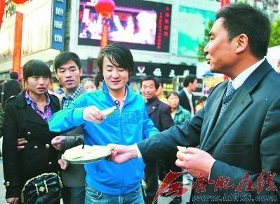 安徽界首副市长因担心萝卜滞销合肥街头叫卖(图)
