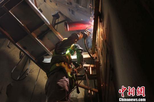 港珠澳大桥海底隧道完成焊接合龙