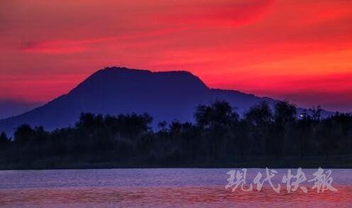 高温天现美景:霞光映湖 绚丽光影美如画