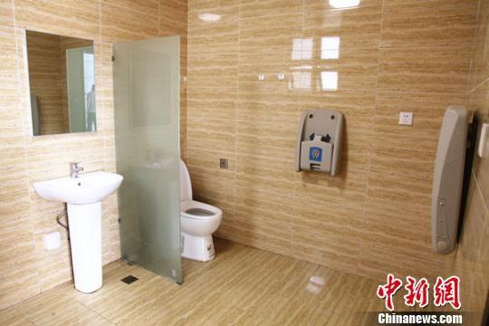 """湖南高速""""厕所革命""""厕位灵活分格 如厕分颜色引导"""