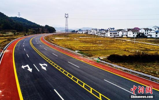 航拍江西铅山首条彩色公路 穿行秀美乡村