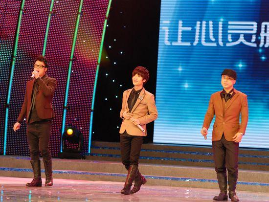 2010年12月15日,中央电视台《CCTV经济生活大调查》城市推广活动的第二站来到了大连。图为阿里郎在舞台上演出。