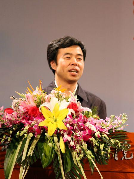 图为共青团中央学校部副部长杨松致辞。(图片来源:新浪财经 全权摄)