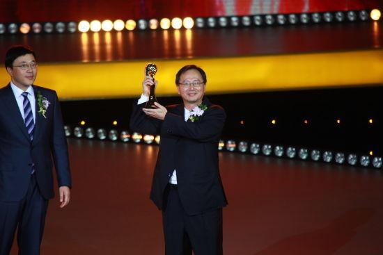 图为中国科协副主席邓中翰院士向(由其丈夫代领)HTC和威盛集团董事长王雪红女士颁奖。