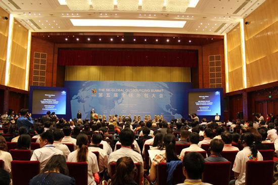 """""""第五届(2012)全球外包大会""""于7月26日-29日在云南省昆明市举办。上图为第五届全球外包大会隆重开幕。(图片来源:新浪财经)"""