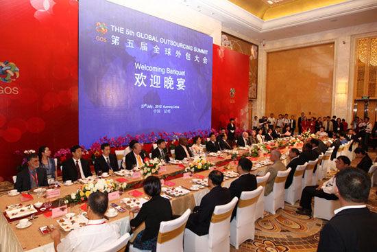 """""""第五届(2012)全球外包大会""""于7月26日-29日在云南省昆明市举办。上图为第五届全球外包大会欢迎晚宴主桌。(图片来源:新浪财经)"""