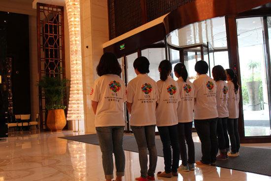"""""""第五届(2012)全球外包大会""""于7月26日-29日在云南省昆明市举办。上图为整装以待的迎宾志愿者。(图片来源:新浪财经)"""
