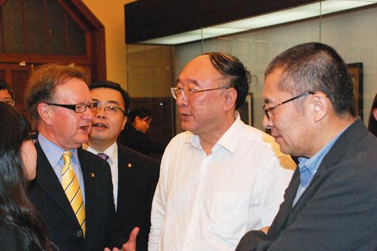 重庆市市长黄奇帆在与中欧国际工商学院副院长约翰・奎尔奇进行交流