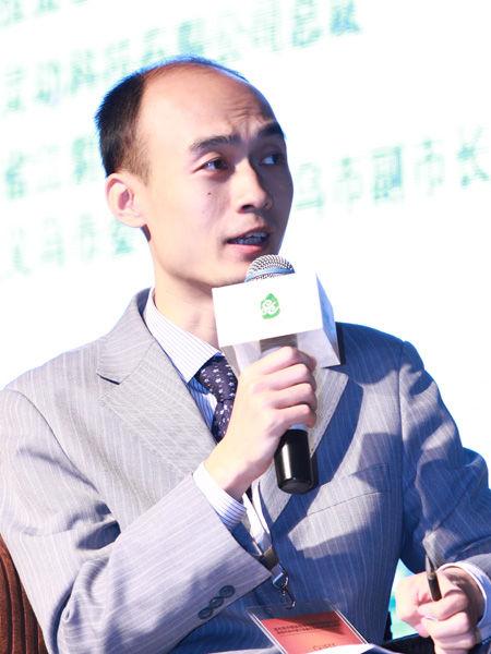 """""""福布斯中国县级城市投资与发展论坛""""于2012年9月26日在江苏昆山举行。上图为《福布斯》中文版执行主编康健。(图片来源:新浪财经)"""