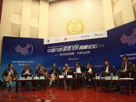 新浪财经讯 中国开放新阶段高峰论坛(二)于2012年10月17日在清华大学举行。上图为中国与世界的经济结构调整论坛。   以下为论坛实录:   魏尚进:我代表论坛主办方欢迎大家参加第二阶段的讨论。本次讨论有八位专家,首先有请每位做5到8分钟的开场演讲,然后请各位讨论。首先请允许我介绍一下各位专家,他们是:国家统计局副局长许宪春教授,对外经济贸易大学副校长林桂军教授,国务院发展研究中心对外经济研究部部长隆国强研究员,上海社科院经济研究所所长左学金教授,美国国际贸易委员会高级经济学家王直博士,清华大