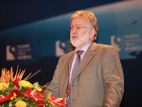 """由国家科学技术部和上海市政府共同主办的""""2012浦江创新论坛""""于11月2日-3日在上海召开。上图为经合组织OECD科技政策处处长Ken Guy。(图片来源:新浪财经 梁斌 摄)"""