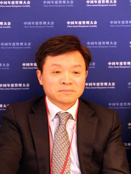"""2012年11月30日,由《英才》杂志发起,联合新浪网、北京青年报等主流媒体,共同举办的""""2012(第十二届)中国年度管理大会""""在北京举行。图为国泰君安证券股份有限公司董事长万建华。(图片来源:新浪财经)"""