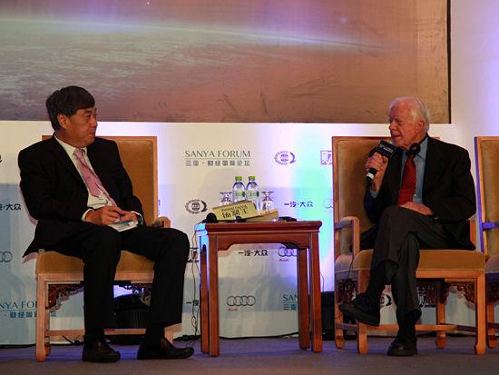 """""""三亚-财经国际论坛""""于2012年12月15日-17日在海南省三亚市举行。上图为与美国前总统卡特面对面:中国在世界中的地位。(图片来源:新浪财经 梁斌 摄)"""