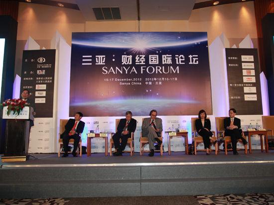 """""""三亚-财经国际论坛""""于2012年12月15日-17日在海南省三亚市举行。上图为全会四:全球化下的亚太区域合作。(图片来源:新浪财经 梁斌 摄)"""