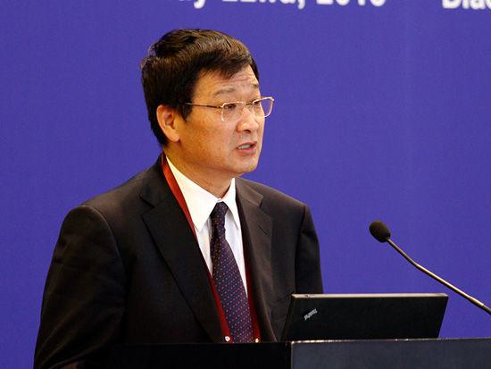 """中国金融论坛于2013年5月21-23日在北京召开。论坛主题为""""金融改革创新,服务实体经济""""。图为中国银监会副主席郭利根演讲。"""