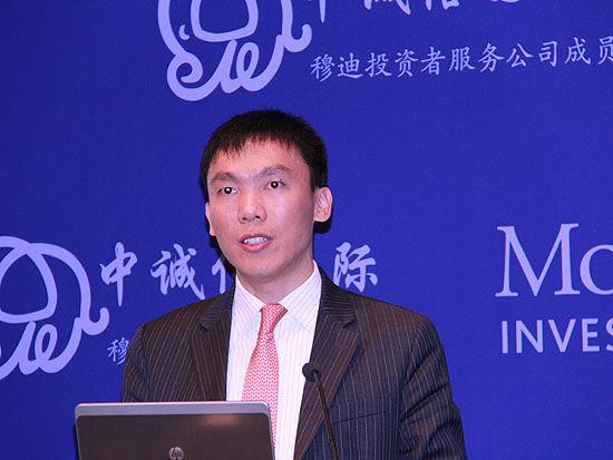 上图为穆迪金融机构部副总裁、高级分析师胡斌。(图片来源:新浪财经 摄影:韩锦星)
