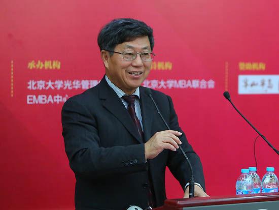 上图为中国(海南)改革发展研究院院长迟福林。