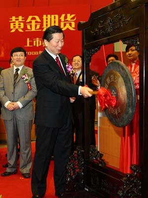 图文:证监会主席尚福林为黄金期货上市敲锣