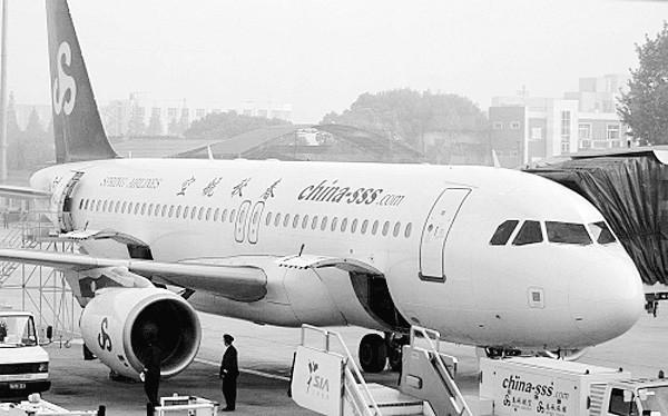 台海网5月9日讯(海峡导报记者 易福进 孙露)厦门机场已成为春秋航空抢夺国际客源的突破口。   昨日,春秋航空厦门营业部徐国澄总经理向记者证实,春秋航空已于日前宣布和新加坡虎航、菲律宾宿雾航空、厦门机场联手,推出上海-厦门-新加坡/马尼拉的廉价航班,特价机票最低分别为449元、379元。这一国际低价航线已正式投入运营。   据称,这也是国内外低成本航空在厦门的首次 抱团合作。而厦门机场高调促成这次牵手,也被视为竞夺廉价航空中心的一次变招。   实惠诱人 上海飞新便宜超600元