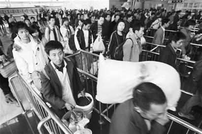 图文:广州火车站出现民工返乡潮