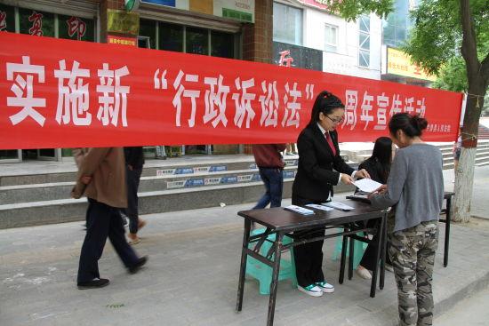 """甘泉法院开展实施新""""行政诉讼法""""一周年宣传活动"""