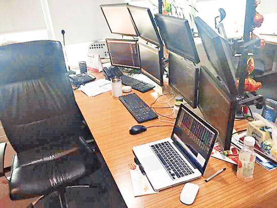 韩先生家中的多屏幕炒股电脑。(受访者提供,来源:香港文汇报)