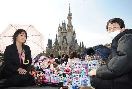 东京迪斯尼乐园重开 1万多名游客排长队(组图)