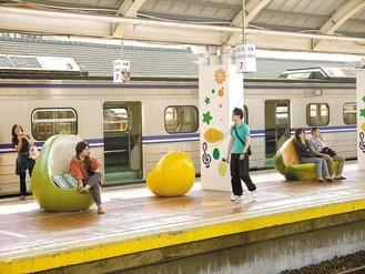 """台湾:火车站创意引围观 """"水果""""长在月台上(图)"""