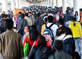广州火车站站台上人山人海