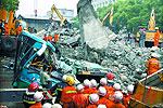 重型机械正在穿凿坍塌桥体