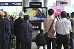 人们围在电视机前