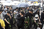 韩国民众冒雨悼念卢武铉