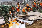 救援人员挖掘出首批遇难者遗体