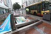 公交站亭被刮倒