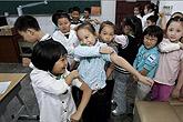 学生们正挽袖准备接种甲流疫苗