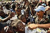 海地灾民排队领取食物