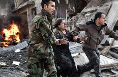 突发新闻单幅一等奖-妇女从爆炸现场撤离