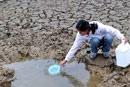 村民在水库库底取水
