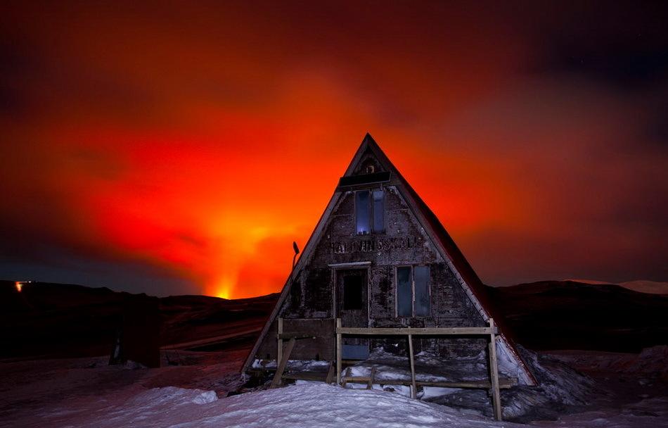 火山在夜空下喷发