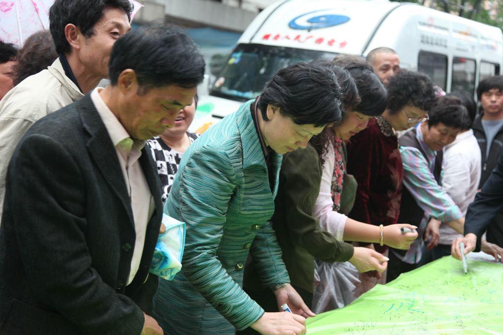 上海市民积极参与低碳宣言大签名