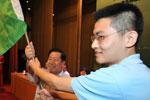 环境保护部部长周生贤为青年环境友好使者授旗